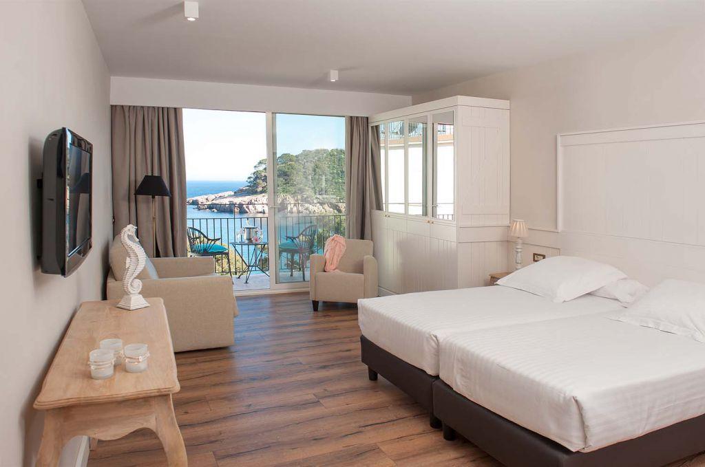 Habitaci n con terraza privada y vistas al mar en la costa for Descripcion de una habitacion de hotel